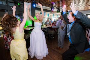 Bride-laughing-on-dance-floor-Skyloft-sm_600x400-1